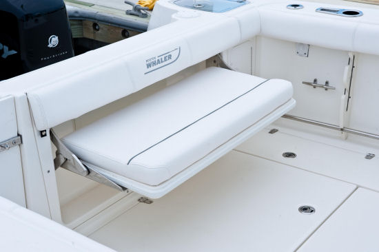 boston_whaler_285conquest_transombench_15.jpg